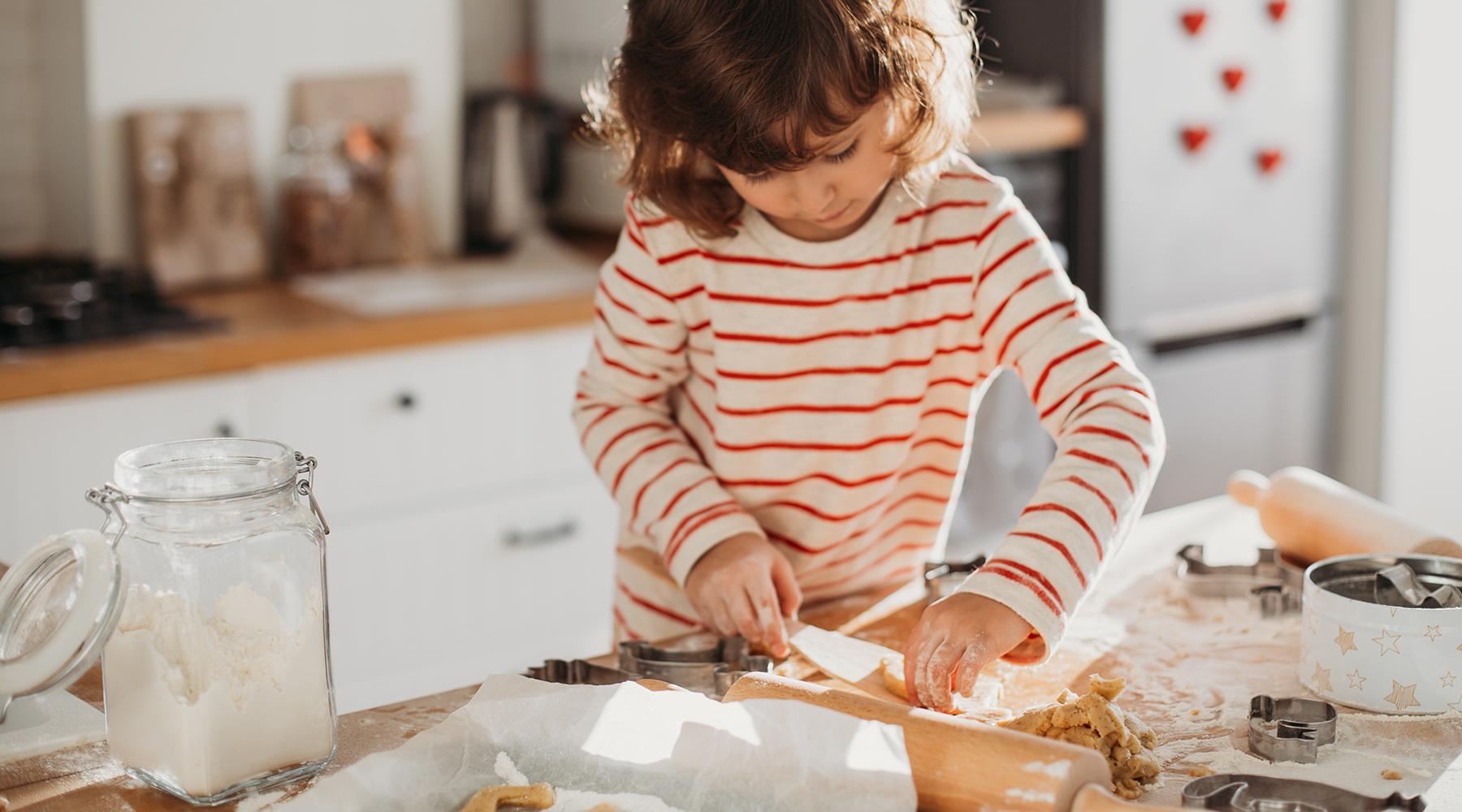 Joulutyöpaja on eniten mukavaa puuhastelua, mutta myös mahdollisuus valmistaa jotain hyödyllistä. Tässä on vinkkejä joulukoristeisiin ja persoonallisiin, itsetehtyihin lahjoihin, joiden tekoon myös lapset voivat hyvin osallistua.